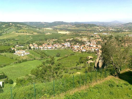B&B il Terrazzo : Blick von Orvieto auf das B&B - rechts der geraden Straße unterhalb des Feldes