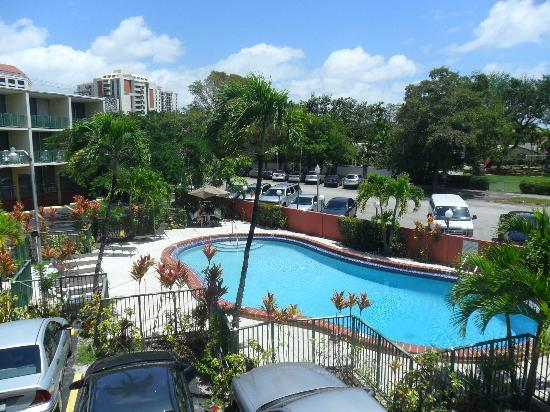 Hotel Chateaubleau: Vista hacia la piscina