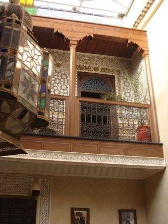 Riad Dar Elghali: Vue d'une des chambres et son balcon avec l'impressionante lampe marrocaine