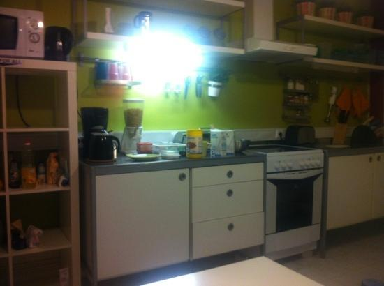 Wine Hostel: kitchen with the free breakfast. cereal, toast, fruit, coffee and tea