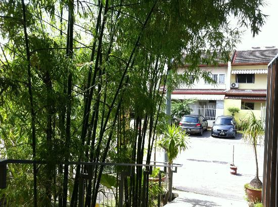 Courtyard @ Heeren Boutique Hotel: carpark at the back of hotel