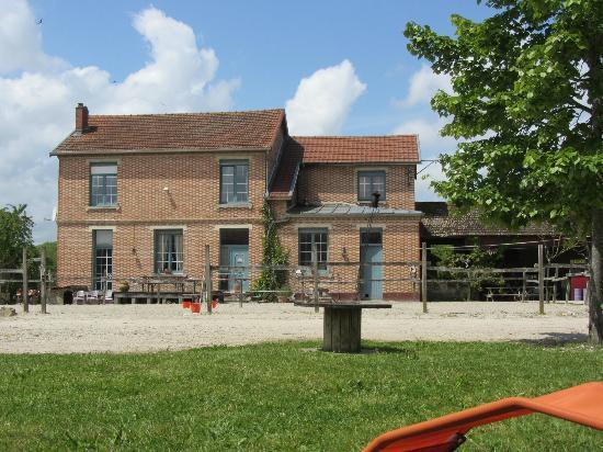 Fontaine-en-Dormois, Francia: Vue du jardin/ Maison d'Eva et Michel et studio Evora à droite