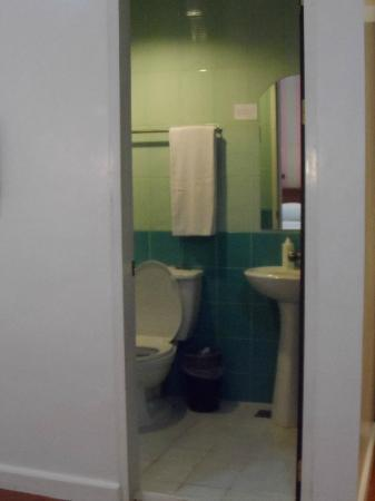 Legaspi Suites: bathroom