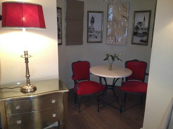 Hotel Heinitzburg: Pesudo-historisches Mobiliar & nach Einbruch der Dunkelheit, abgedeckte Fenster im Erker des Zim