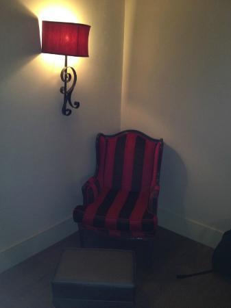 Hotel Heinitzburg: Sessel und Wandleuchte im Zimmer