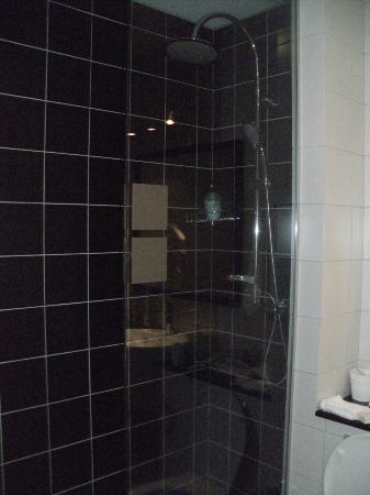 City Center Hotel: modern shower