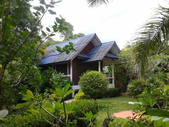 Baan Rom Mai: bungalows on manicured grounds