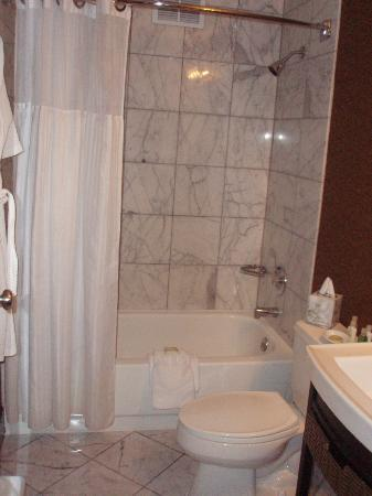 The Dunhill Hotel: Bathroom