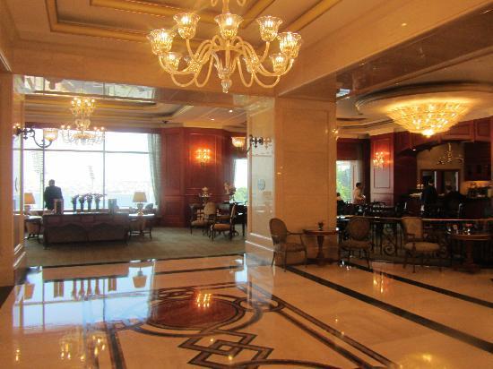 The Ritz-Carlton, Istanbul: Blick vom Rezeptionsbereich zum Restaurant hin