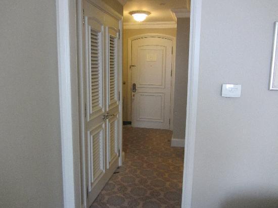 The Ritz-Carlton, Istanbul: Schrank und Vorzimmer