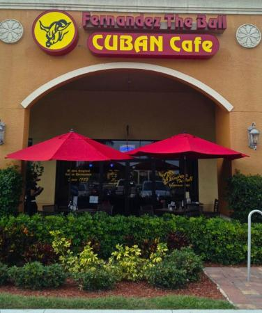 Fernandez The Bull Cuban Cafe & Bar: The cheerful entrance with outdoor seating