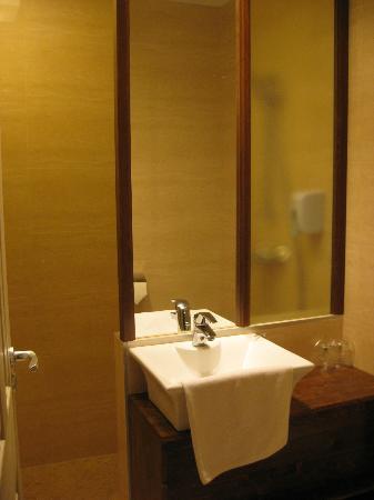 Hotel Oliva : enges Bad mit geräumiger Dusche