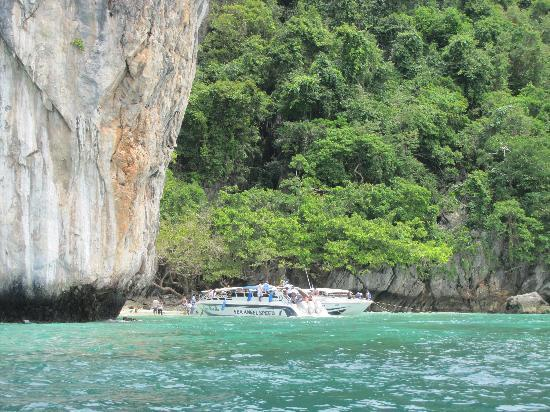 Offspray Leisure Co. Day Trips: Beautiful water in Phi Phi