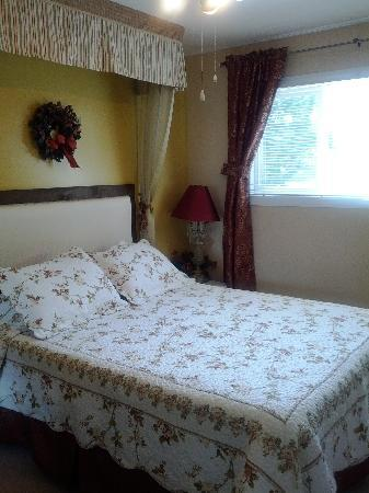 Alpenrose Bed and Breakfast: Dressed for Summer @ MacPherson Room