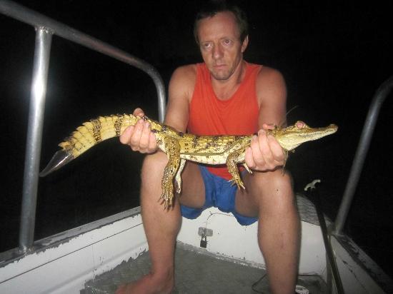 Pousada Manaus: Roberto mit gefangenem Krokodil