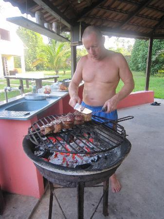 Pousada Manaus: Roberto am Grill mit Topp-Fleisch !