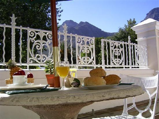 Guesthouse One Belvedere: Breakfast served outside