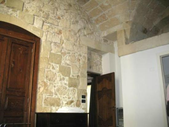 Chiesa Greca B&B Suites : High vaulted ceiling with narror bathroom right.