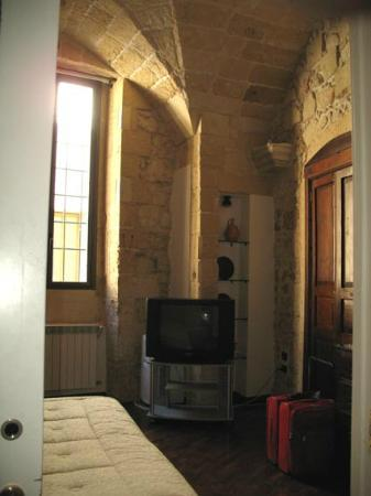 Chiesa Greca B&B Suites: High vaulted bedroom with window to the street