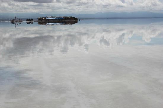 Hotel Playa Blanca: 塩湖を散策、ホテルが遠くに見える