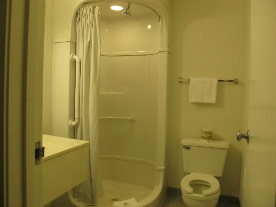 Motel 6 St. George: the bathroom