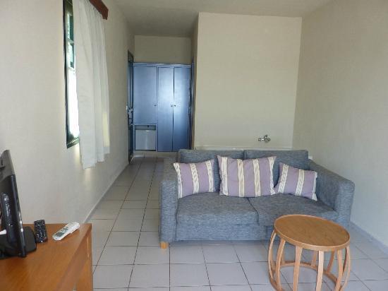 SENTIDO Elounda Blu: Junior suite lounge area