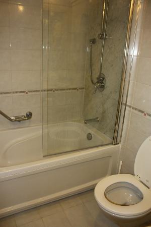 Corinthia Palace Hotel & Spa: salle de bain médiocre que l'on retrouve dans les 2 étoiles