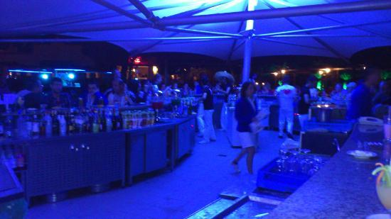 Club Marco Polo: Poolside bar at night