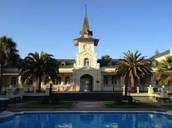 سواكوبموند هوتل: Innenhof des Hotels mit Poolbereich