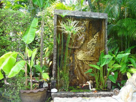 Le Prive Pattaya: la fontaine dans le jardin au bord de la piscine
