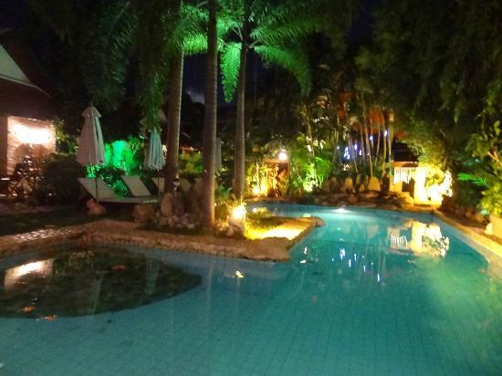 Le Prive Pattaya: la piscine by night