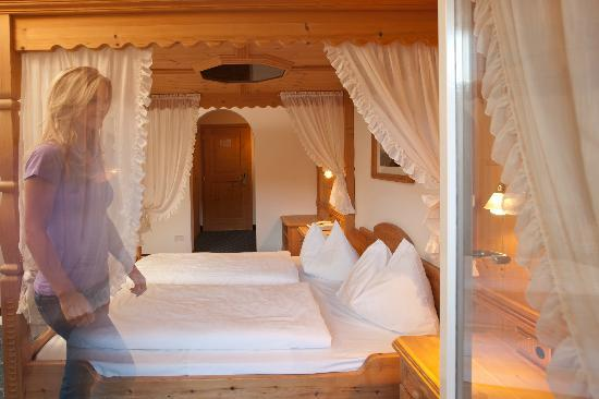 himmelbett picture of hotel steineggerhof collepietra tripadvisor. Black Bedroom Furniture Sets. Home Design Ideas