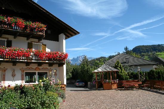 Hotel Steineggerhof: Hotel mit Rosengarten