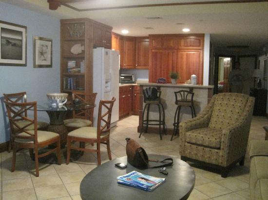 Beachside Colony Resort: Living Area/Kitchen
