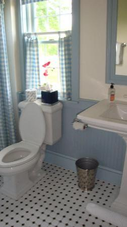 Inn at Old Virginia: bathroom in Jed Hotchkiss room