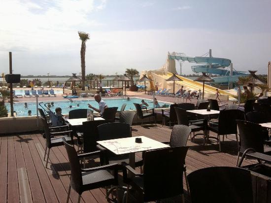 Lattes, Fransa: vue de la terrasse sur la piscine