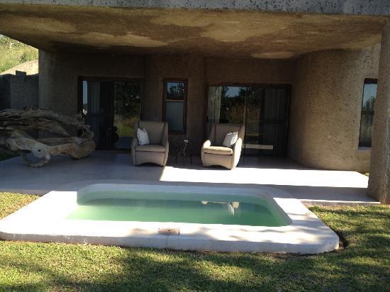 Sabi Sabi Earth Lodge: Vista exterior de la habitación