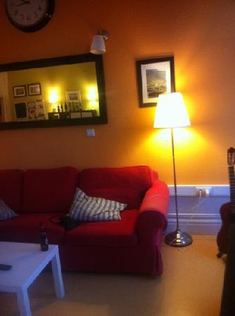 Wine Hostel: lounge area, tv with DVDs and books to use.