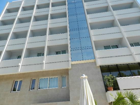Hotel Ambasciatori: Face nord de l'hotel en face de la piscine