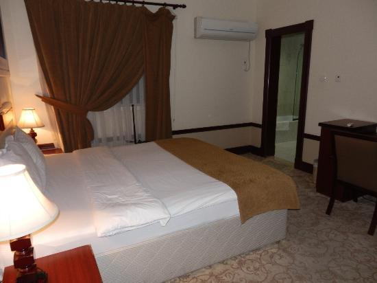 La Villa Palace Hotel: The bedroom is fairly spacious
