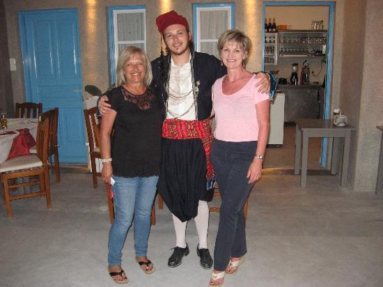 Mykonos Kosmoplaz: Greek dancing at Viva Mare restaurant/Kosmoplaz Hotel