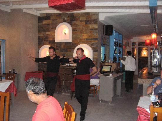 Mykonos Kosmoplaz: Greek Dancing at Viva Mare restaurant/Kosmoplaz Hote