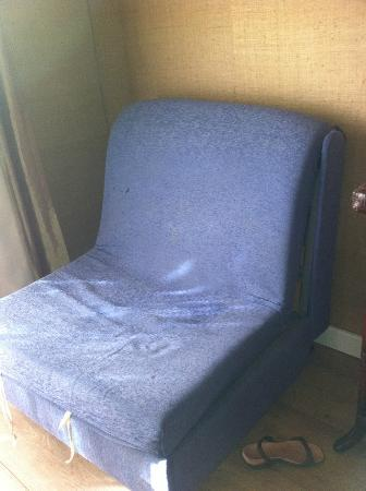 продавленный и разъезжающийся кресло-диван