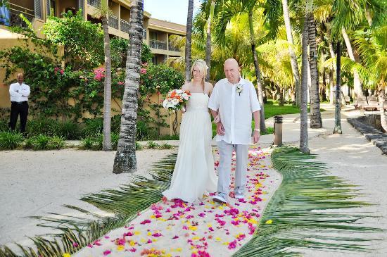 Mauricia Beachcomber Resort & Spa: Walking down 'the aisle'