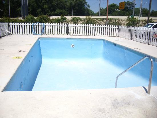 Econo Lodge Pensacola: On the Hotel page the pool looked very inviting, but it wasn't.