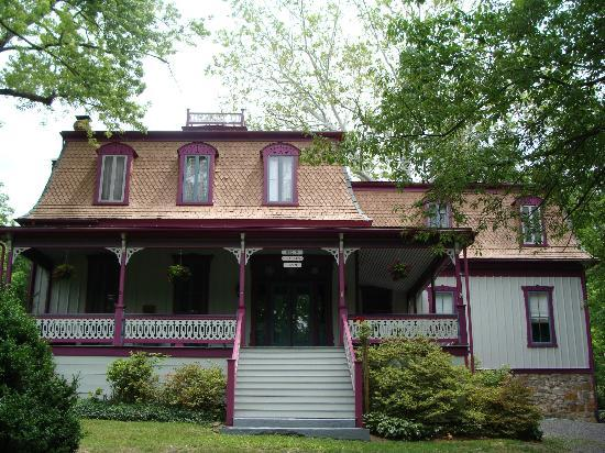 Manor Inn Bed & Breakfast: Front of Manor Inn