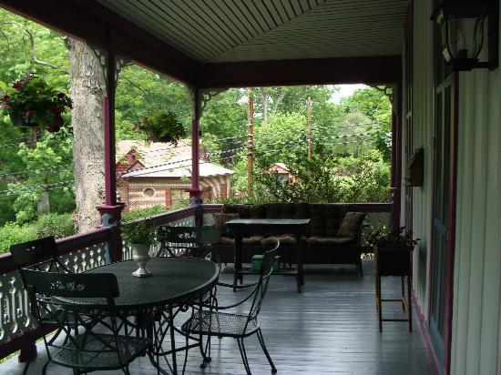 Manor Inn Bed & Breakfast: Spacious porch