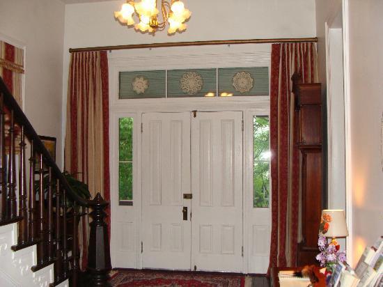Manor Inn Bed & Breakfast: Foyer