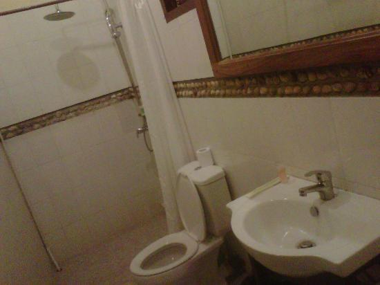 Hotel California Dili : Spacious bathroom