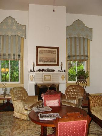 Manor Inn Bed & Breakfast: Living room